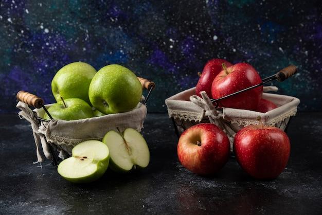 금속 바구니에 익은 유기농 빨강 및 녹색 사과.
