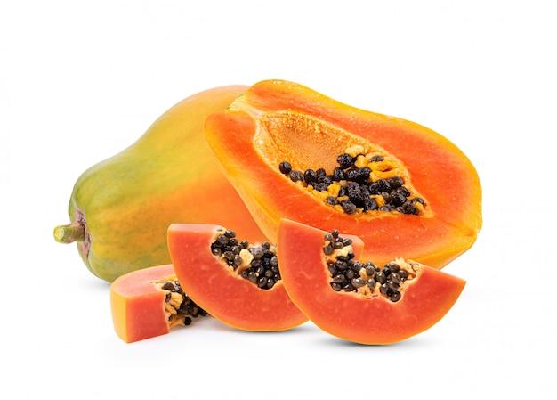 白い背景に分離された熟したパパイヤフルーツ