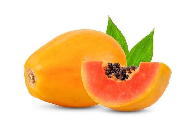 白い壁の葉と熟したパパイヤの果実。