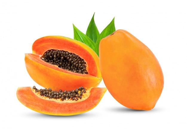白い壁の葉と熟したパパイヤの果実