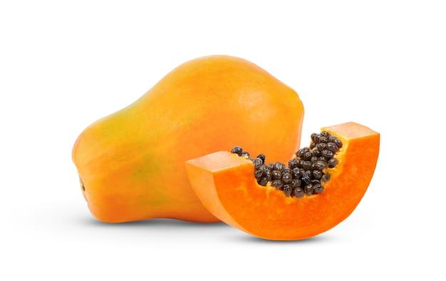 白い背景で隔離の種子と熟したパパイヤフルーツ