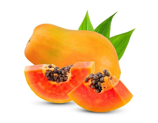 白い壁に種と熟したパパイヤの果実。