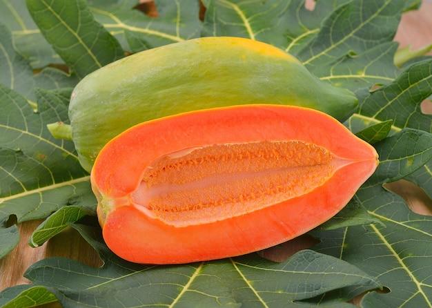 Спелые плоды папайи
