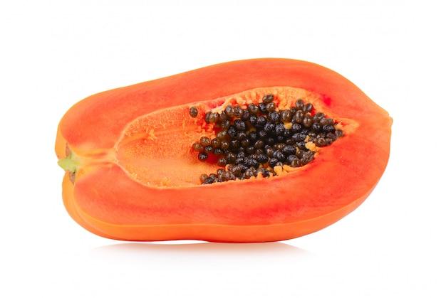 Спелая папайя, изолированная на белом фоне