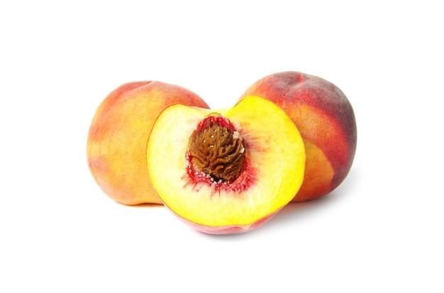 Спелые плоды персика изолированные фон