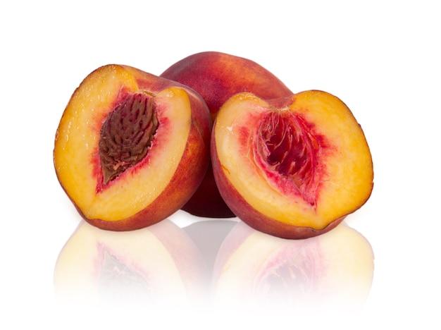 白い背景の上の熟した桃