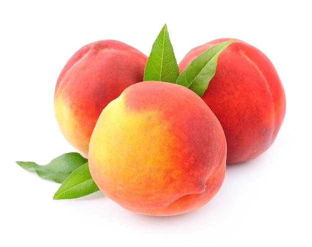 Спелый персик на белом