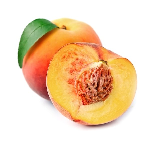 Спелый персик с листьями крупным планом