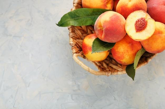 枝編み細工品バスケットで熟した桃