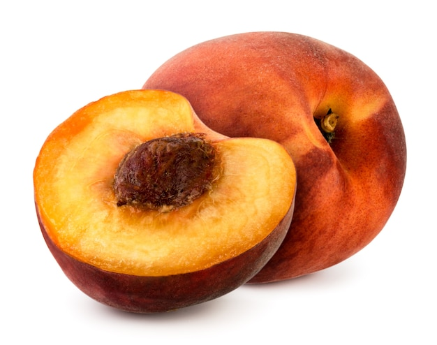 Спелые персики на белом фоне