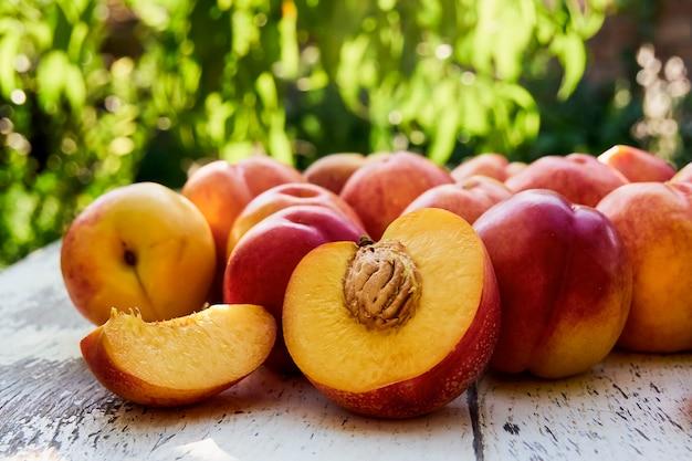 古い木製のテーブルに熟した桃