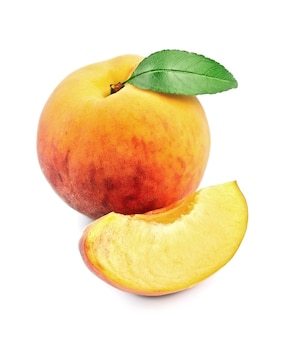Спелые персики с листьями крупным планом