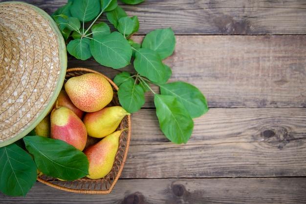 Спелые груши в блюдо на деревянном фоне