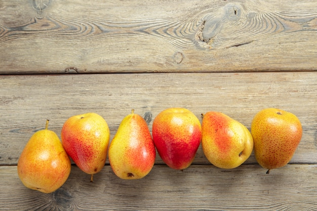 素朴な木製のテーブルに熟した梨