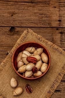 ヴィンテージの木製のテーブルに熟したピーカン