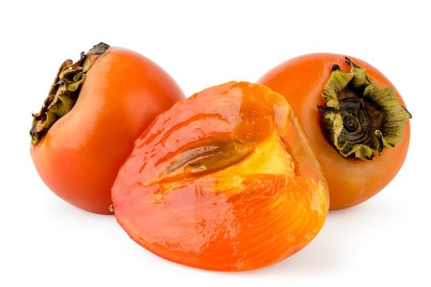 熟した柿と白い背景の半分のクローズアップ。孤立。