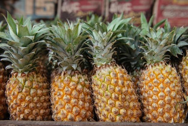 アジアのストリートマーケット、インド、ケララ州で販売されている熟したパイナップル