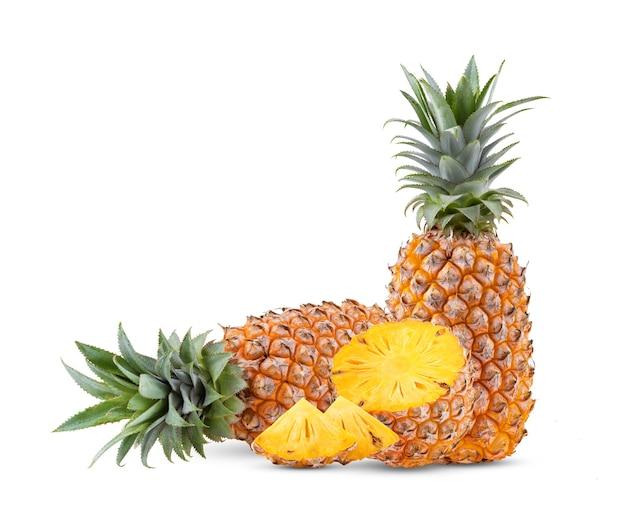 白い背景で隔離の熟したパイナップル