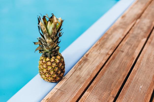 プールの近くの熟したパイナップル