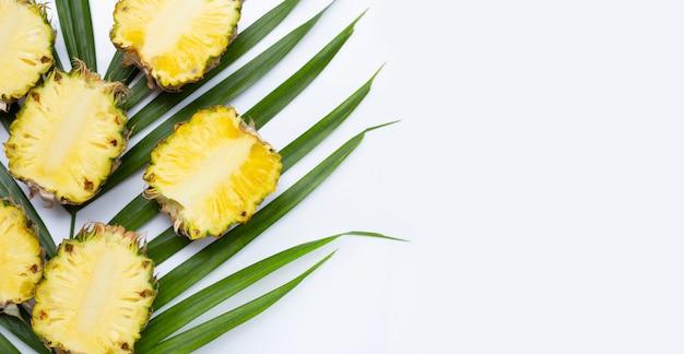 Спелый ананас на тропических пальмовых листьев. вид сверху