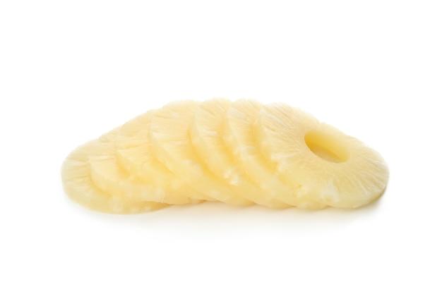 잘 익은 파인애플 슬라이스 흰색 배경에 고립