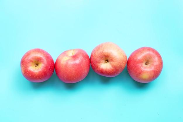 青い背景に熟したピンクのリンゴ。上面図