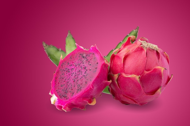 잘 익은 피타하야 과일 또는 드래곤 과일은 절반이 빨간색 배경에 분리되어 있습니다.