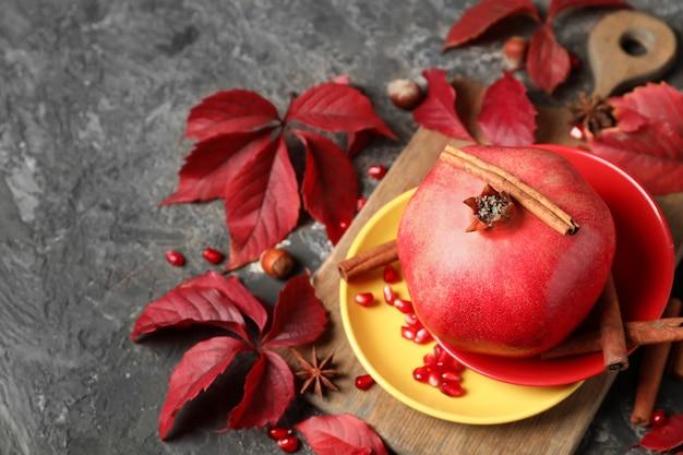 테이블에 잘 익은 석류, 계피, 단풍