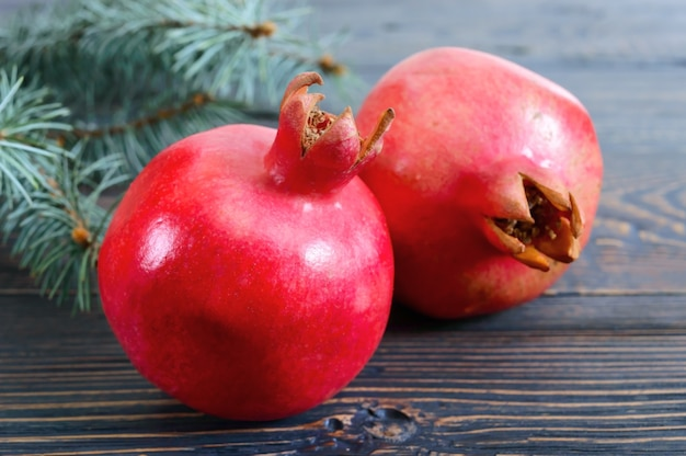 Спелые плоды граната заделывают на деревянных фоне. концепция здорового питания