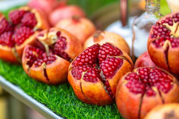 ストリートフルーツベンダーのテーブルで熟したザクロフルーツカット