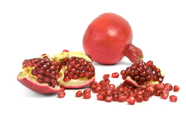Спелые плоды граната, изолированные на белом вырезе.
