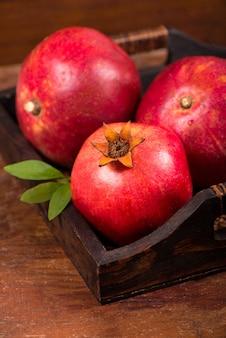 木製の背景に熟したザクロの果実。上面図。