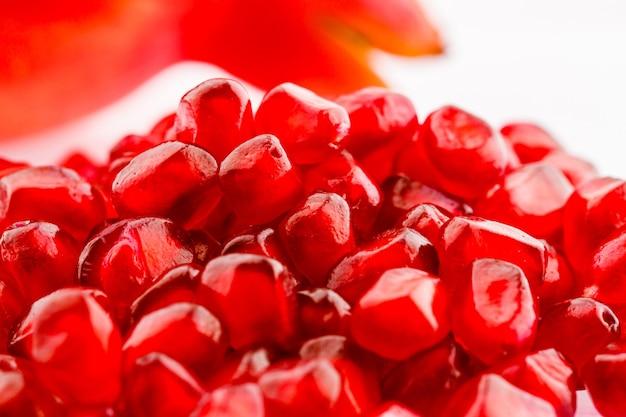 나무 배경에 잘 익은 석류 열매