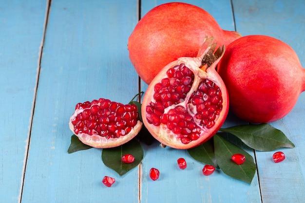 나무 배경에 잘 익은 석류 과일