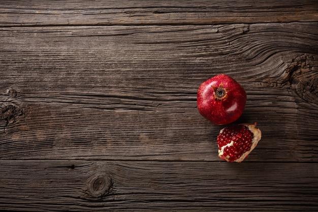 Спелые плоды граната на деревянном фоне