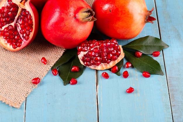 Спелые плоды граната на деревянных