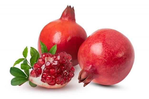 흰색 배경에 잘 익은 석류 열매와 잎. 클리핑 패스와 함께.