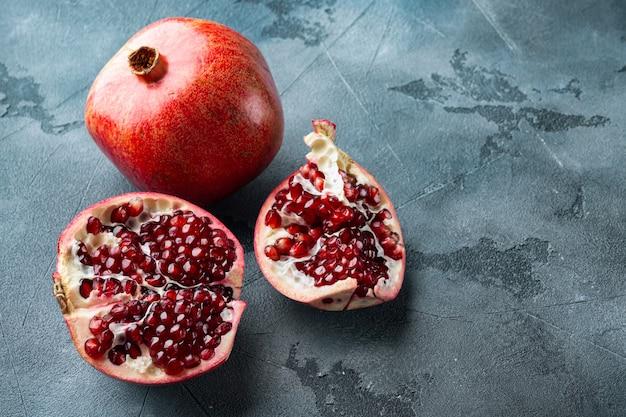 회색 테이블에 신선한 육즙 씨앗과 잘 익은 석류