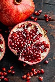 오래 된 나무 테이블에 신선한 육즙 씨앗과 잘 익은 석류