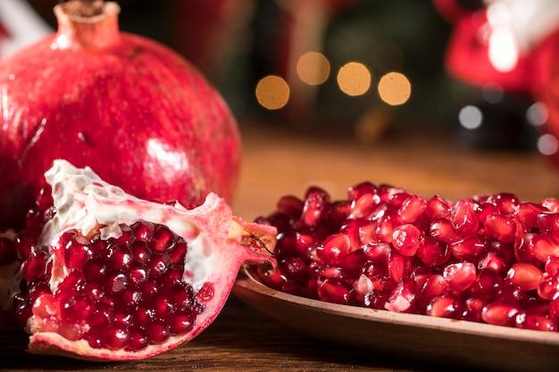 나무 테이블에 잘 익은 석류.
