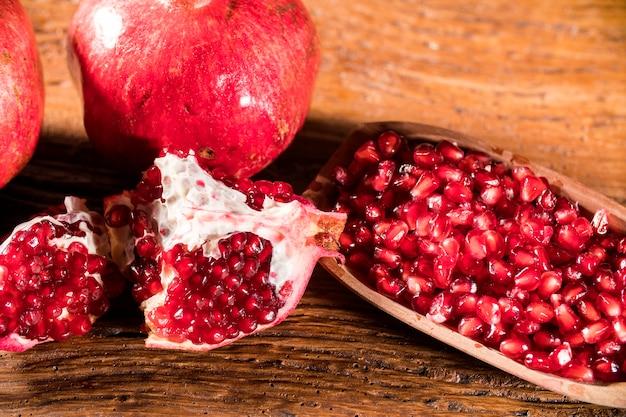 나무 테이블에 잘 익은 석류. 프리미엄 사진