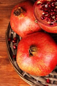 고리 버들 세공 요람 클로즈업에 익은 석류