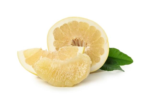 熟したザボンの果実と白い背景で隔離のスライス
