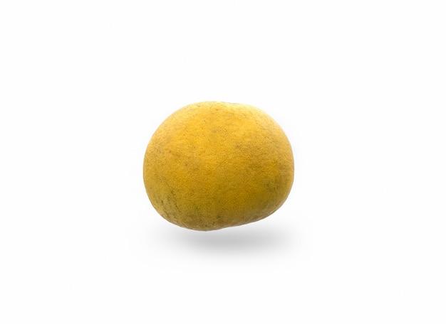 熟したザボンの果実は、孤立した白い背景にクローズアップ