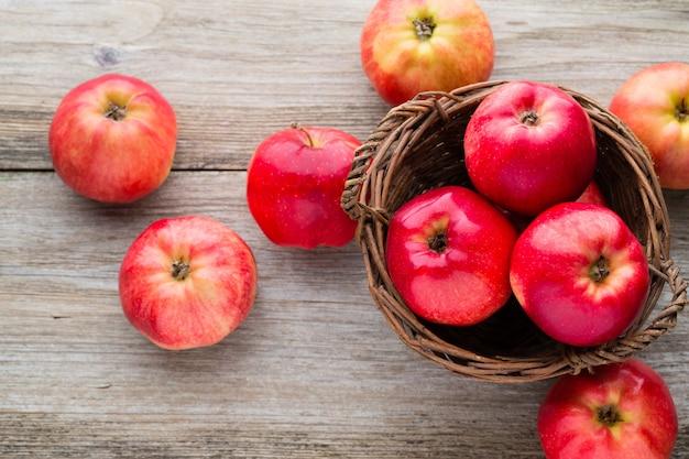 木製の背景に熟した赤いリンゴ。