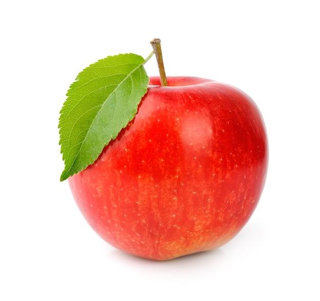 Спелые красные яблоки с листьями, изолированными на белом