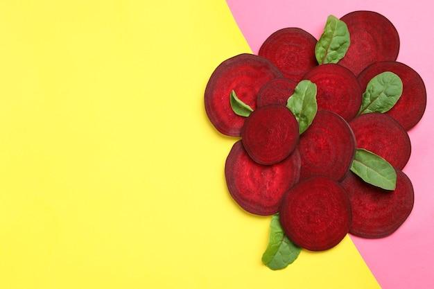 2トーンの背景の葉と熟した赤いビート