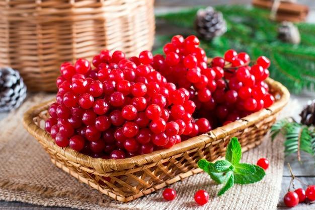 かごの中の熟した赤い果実
