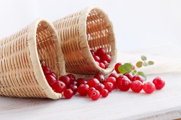 バスケットで熟した赤いクランベリー