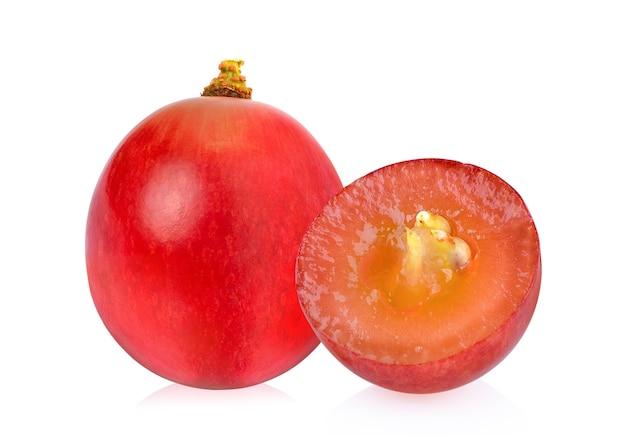 白い背景で隔離の熟した赤ブドウ